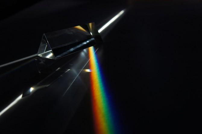 프리즘을 통과한 무지갯빛 가시광선의 모습 - 위키미디어 제공